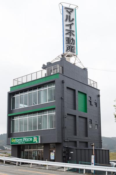 築50年の商業ビルをジムなどが入居するモダンな空間に